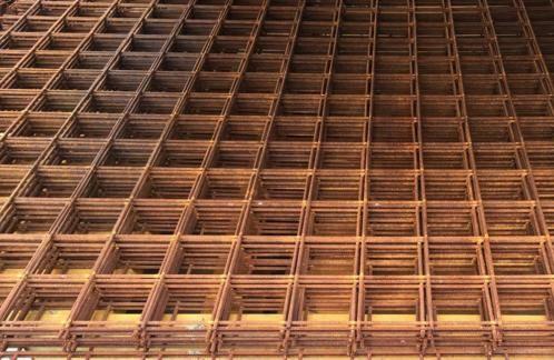 De roestige betonstaalmat is een nieuwe trend voor in de landelijke, ecologische tuin. Deze open tuinschermen van staal, beter bekend als draadstaalmat of betonmat, werd van origine in de bouw