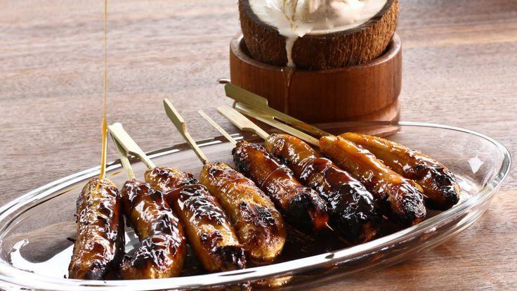 Une recette de bananes grillées avec sauce à la noix de coco et au caramel, présentée sur Zeste et Zeste.tv.