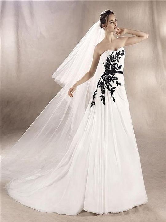 W1 White One Size 10 Sandra Off White/Black Gown
