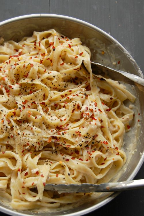 Creamy dreamy yet skinny Chicken fettuccine in a delicious whiskey & gouda cheese sauce.NaiveCookCooks.com
