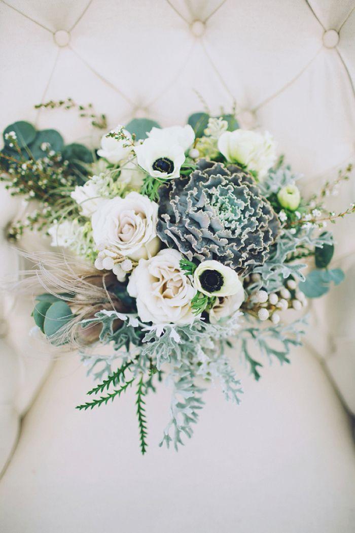 Clássicos intemporais: sapatos de noiva em veludo, bolo dos noivos com cobertura cremosa e flores naturais, e bouquet de noiva com anémonas e rosas. TOP!