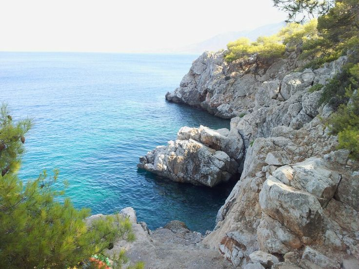 Rocky and surrounded by greenery, its inviting deep waters are perfect for diving. Visitors can jump into crystal clear waters from a small platform built in the natural rocks of the coastline.