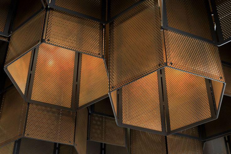 Модульный светильник Hex крупным планом. Возможны вариации композиции и цветов! Черный металл и латунь, нержавеющая сталь и латунь или полностью выполненный в нержавеющей стали.   #hex #hexagon #гексагон #свет #lighting #латунь #нержавеющаясталь #нержавейка #модульный #перфорация #квартира #офис #residential #office