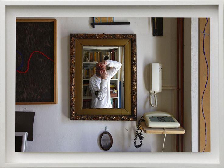 """Carlo Chiavacci, """"Autoritratto allo specchio"""" 2011.Questo lavoro del 2011 nasce dall'amore che ho per questi tre capolavori dell'arte scoperti in periodi diversi della mia vita: Il """"Ritratto dei Coniugi Arnolfini"""" di Van Eyck, la fotografia di Ugo Mulas mentre fotografa uno specchio di Michelangelo Pistoletto e l'opera """"Riflettere"""" di Fernando Melani. L'idea è quella di rivisitare in chiave attuale il classico binomio fotografia-specchio."""