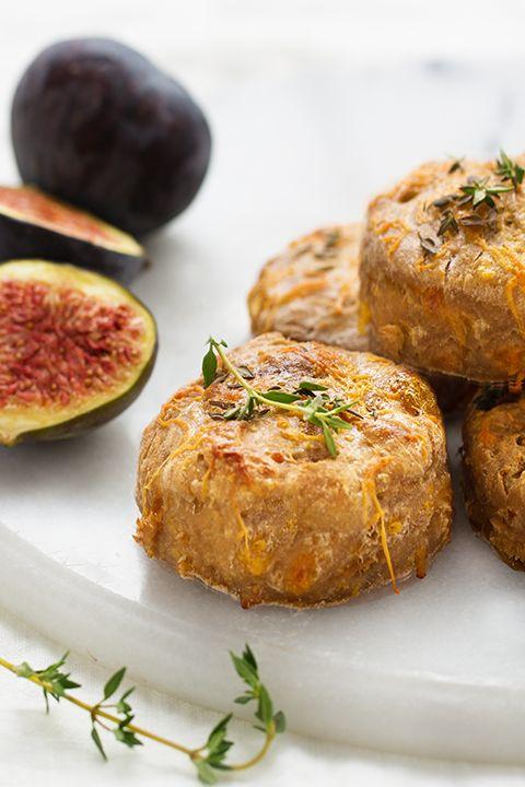 INGRÉDIENTS PAR SAPUTO | Cette recette de scones moelleux aux figues, zeste d'orange et fromage Cheddar Armstrong, est tout simplement irrésistible! Une idée de déjeuner à essayer dès maintenant!