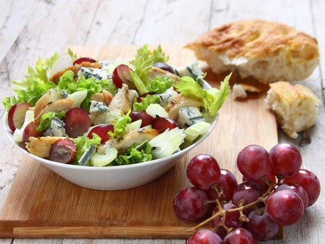 Pollo, uva e gorgonzola: è così che l'insalata si arricchisce di gusto sfizioso. Ecco una fantastica idea per cene e pranzi leggeri ma creativi nel gusto.