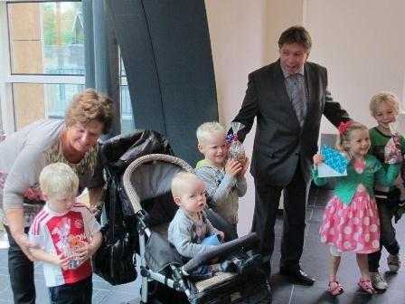 Wethouder Mosk reikt prijzen ballonnenwedstrijd uit