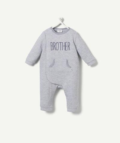 """LA COMBINAISON HARLOT :                     Trop mignonne cette combinaison """"brother"""" ! On valide pour bébé !            LA COMBINAISON HARLOT, col rond, ouverture boutons pressions coté et jambes, manches longues, poche, imprimé."""