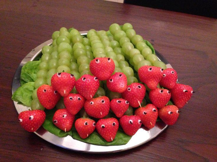 Traktatie: rupsjes van aardbei en druiven. Oogjes gemaakt met decoratiestiften van Dr. Oetker.