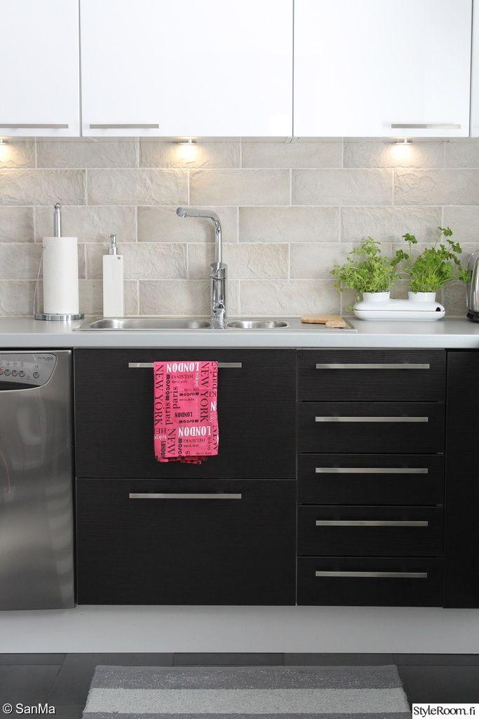 """""""SanMa""""n keittiössä yrtit ovat käden ulottuvilla kokkausta varten. #styleroom #tervetuloameille #keittio"""