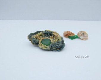 Spilla ad uncinetto - respiro di mare - in lana stampata verde scuro, verde chiaro e giallo senape con vetro marino