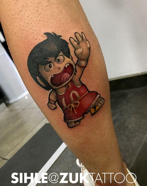 Tatuaje a color con el personaje Chicho terremoto.