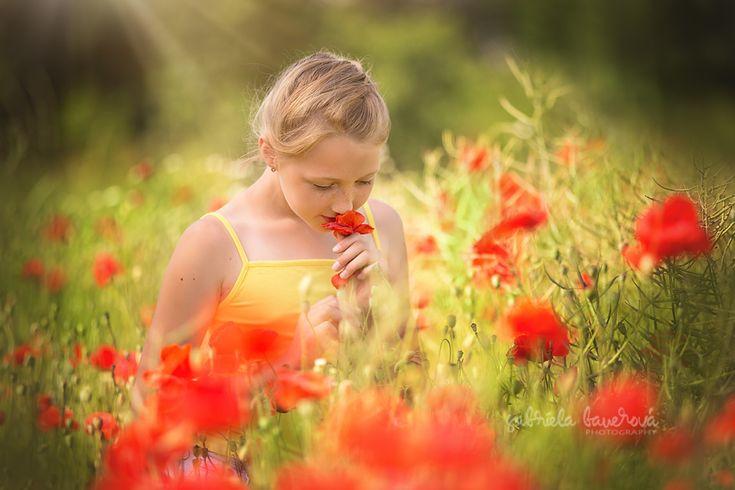 Letní dětské portréty #summer #photography #foto #léto   dětská fotografie s vlčími máky #photoopps are at your doorsteps #summer #minisessionideas #praguephotographer #kidsphotoinprague #prague