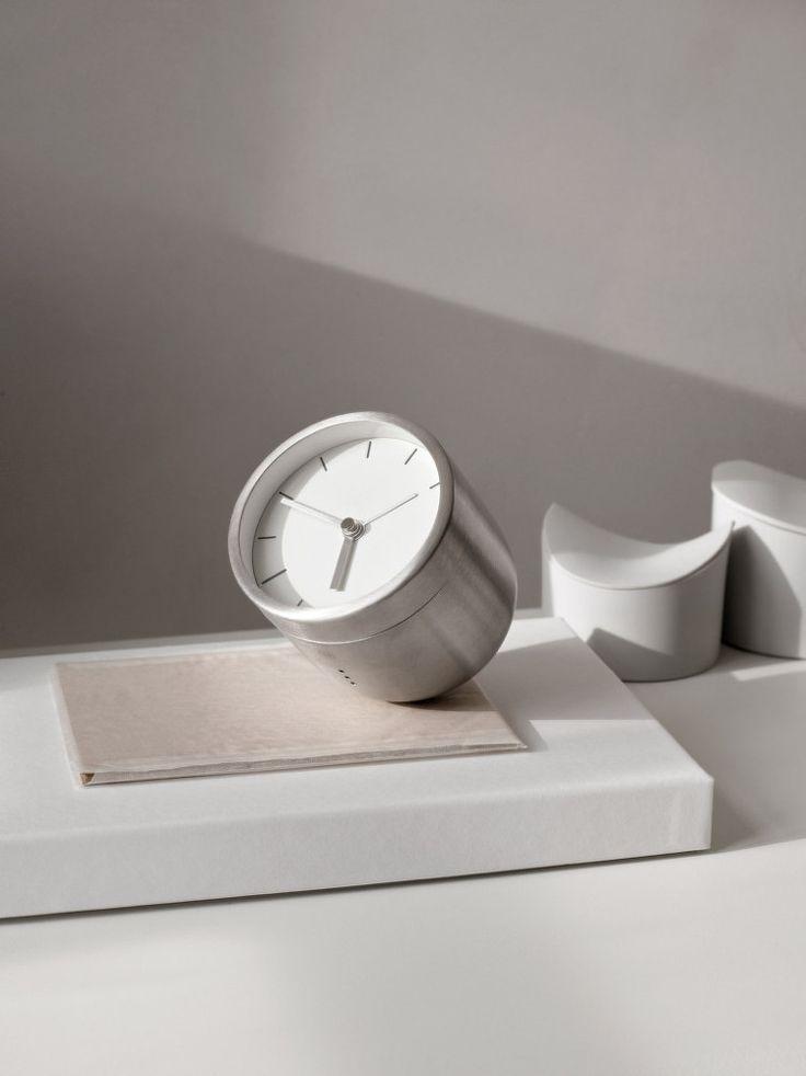 Designový budík Tumbler od dánské značky Menu, design Norm Architects. Provedení: kartáčovaná ocel.