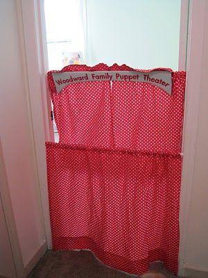 un theatre de marionnette amovible et qui ne prend pas de place! Deux tringles sans perçage (genre tringle a rideau de douche) et 2 rideaux.