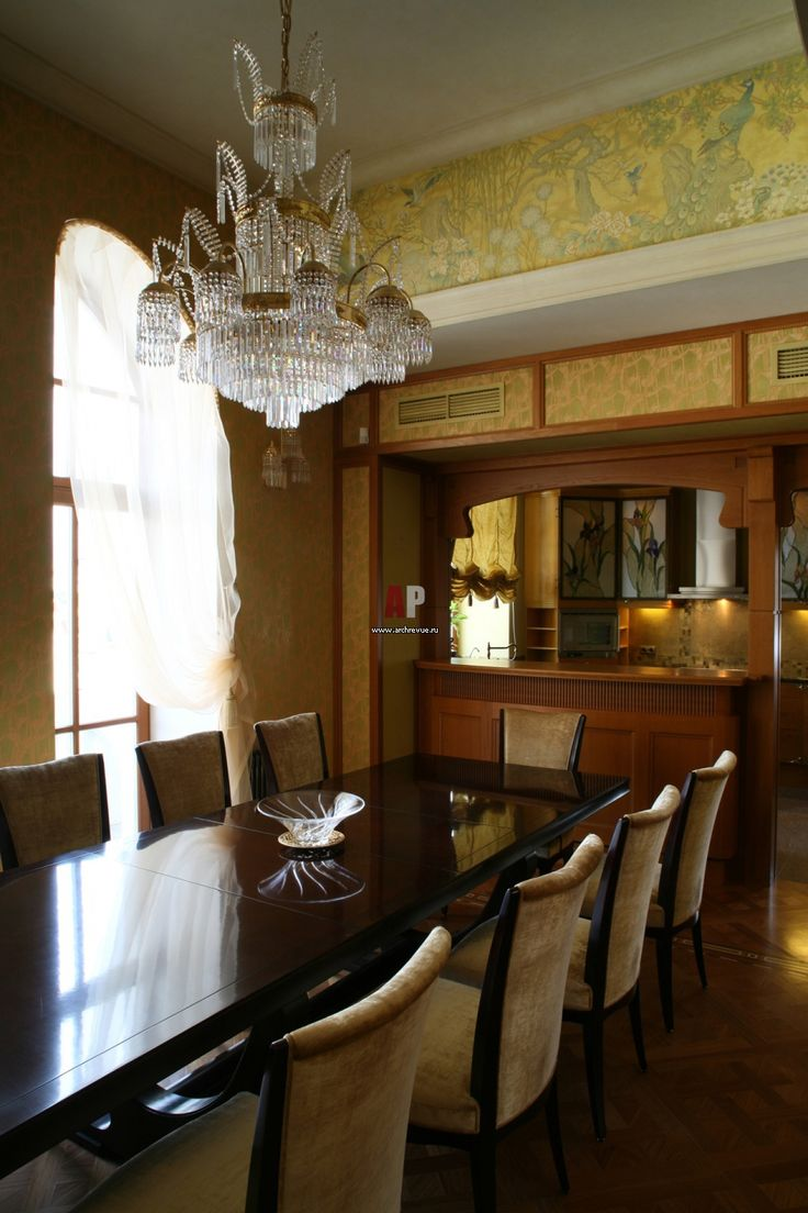 Роскошная хрустальная люстра идеальна для большой столовой зоны.