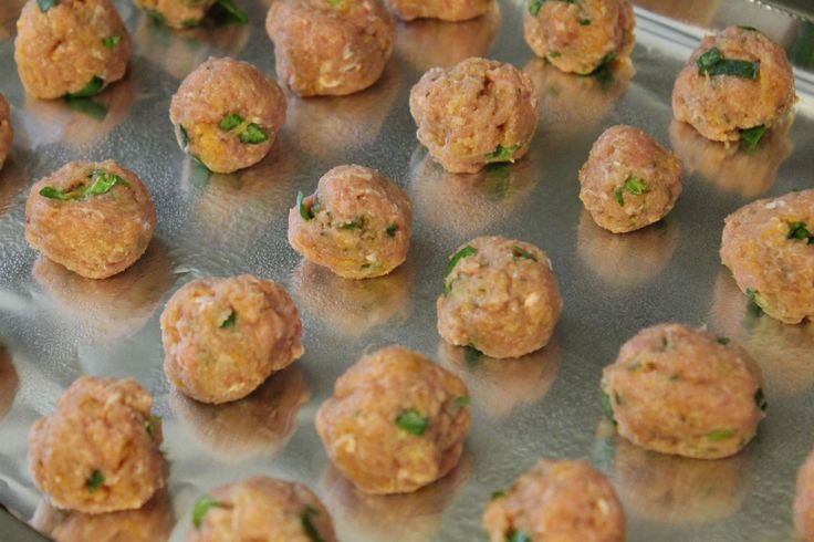 MommaAlwaysKnows: Mini Turkey and Veggie Meatballs for Baby.  Simple and easy to make and freezes great!