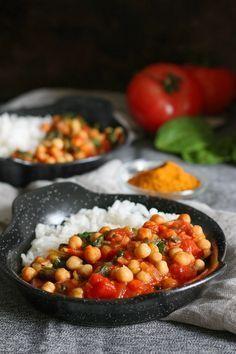 Ciecierzyca w pomidorach ze szpinakiem. Pyszne, wartościowe danie, które przygotujesz w 20 minut. Podane z ryżem i kleksem kokosowego mleka smakuje obłędnie