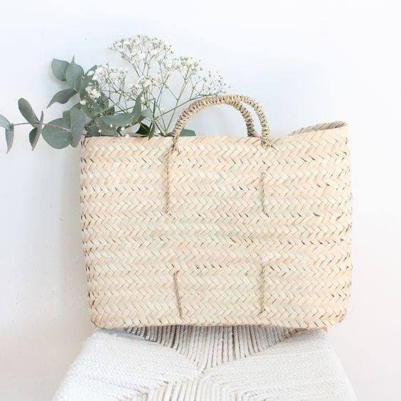 Le panier en osier est un indispensable dans votre déco. Il remplace même nos traditionnels vases.
