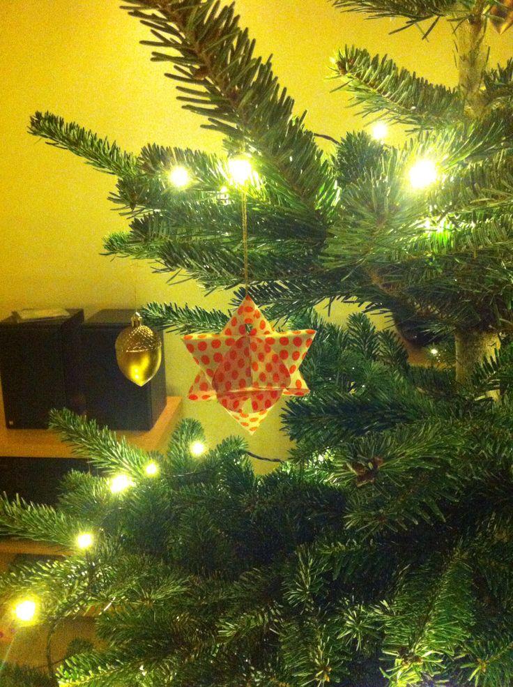 Paper stars for the christmas tree - quite fast to make, thank you for an easy tutorial!  http://femthe.blogspot.dk/2014/12/14-diy-terningestjerne.html