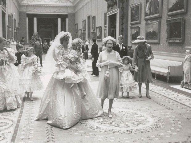 Prinzessin  Diana: Prinzessin Diana trägt eines ihrer Blumenmädchen auf dem Arm und spricht ihr Mut zu