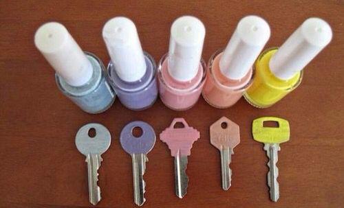Ik raak vaak sleutels kwijt of ik kan ze niet uit mekaar halen. Dat kan je vooral hebben als je veel sleutels aan je sleutelbos hebt hangen. Niet voor lang meer ! Je kan natuurlijk in de winkel van die sleutelhoesjes kopen, maar zelf je sleutel versieren is natuurlijk veel creatiever !  Pak gewoon een leuk kleurtje nagellak en smeer je sleutel er mee in !  Klaar is Kees