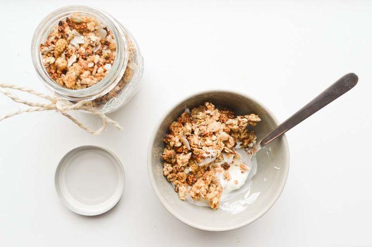 Maak zelf knapperige granola met appelmoes en gepofte bruine rijst. Met wat speculaaskruiden maak je een heerlijk herfst-ontbijt!