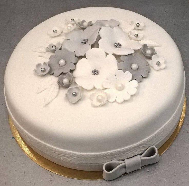 Tort z kwiatami cukrowymi