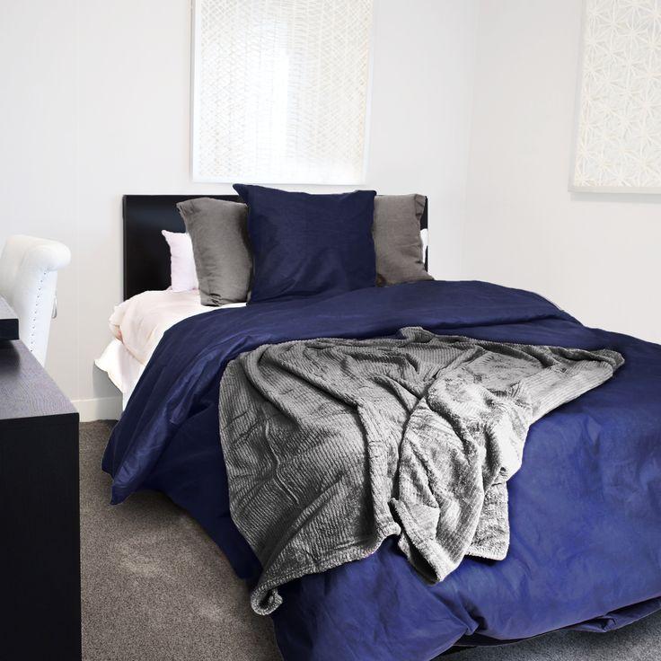 On craque pour la housse de couette unie bleue marine  #blue #bleu #décoration #deco #design #style #linge #maison #home #cocooning #détente #bedding #bed #bedcover #bedsheet #grey