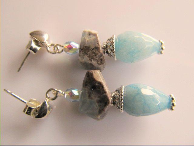 Oorbellen Aimee lichtblauwe jade pegel facet met grijs-blauwe opaal free-facet en lichtblauw tsjechisch glas facet. met mooie oorsteker vierkant met halve bol. geheel zilver