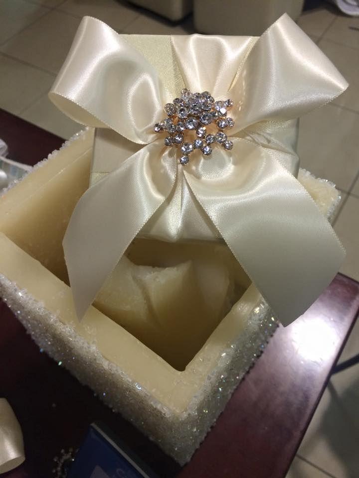 Μπομπονιέρα κουτί με μία υπέροχη καρφίτσα με κρύσταλλο Κ10.......ένα τέλειο δώρο για να κάνετε στους καλεσμένους σας για να τους ευχαριστήσετε που σας τίμησαν με την παρουσία τους στην πιο σημαντική μέρα της ζωής σας!