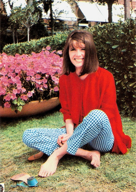 Sandie Shaw    Italian postcard. Photo: Voce del Padrone.    British singer Sandie Shaw (1947) was 'the barefoot pop princess of the 1960's'. She became one of the most successful British female singers of the 1960's after she had won the Eurovision Song Contest in 1967. She was the first UK act to win!
