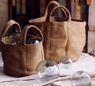 le sacche di juta: per i giornali, la legna, il gomitolo con i ferri da calza, i giochi... e anche le bolle di vetro (un pensiero di Sabrine, FRAGOLE A MERENDA)