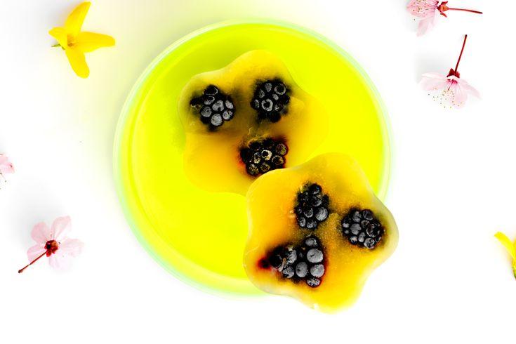 Den friske is med smag af appelsin og brombær er ikke kun sund, men også nem selv at lave.