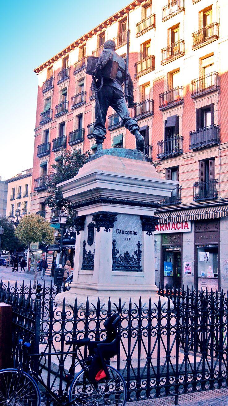 Ya que muchos estaréis hoy por la Latina, informaros que La Plaza de Cascorro es una plaza de Madrid que dedica su nombre a los héroes de la Guerra de Cuba que perdieron su vida en la localidad cubana de Cascorro. ¡Feliz Latineo! © www.barriosdemadrid.net #Madrid #Domingo