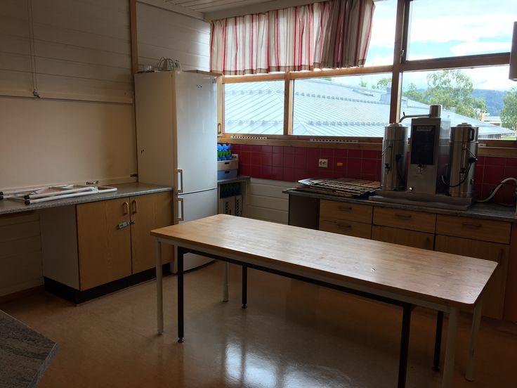 """Kjøkkenet. Her ser du litt av """"serveringsluka"""" til venstre. Kombiskapet, kaffetrakter og et arbeidsbord."""