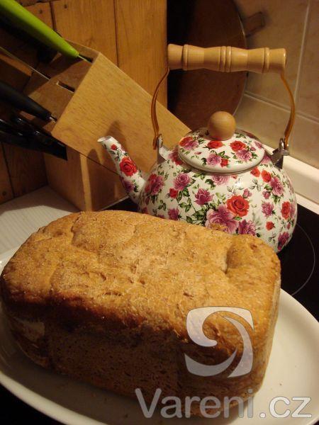 Dlouho jsem pátrala po receptu na ten nejobyčejnější chleba, který by se dal jíst s tlačenkou i s marmeládou. Prostě ten náš, český. Tady je! Recept pro domácí pekárny.