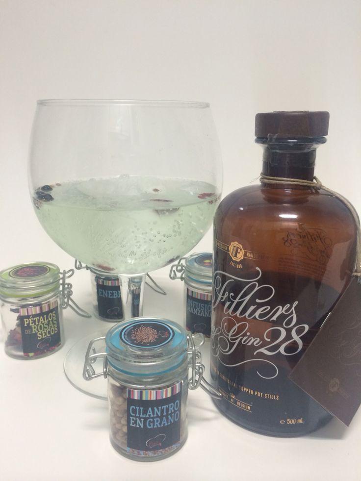 GinTonic de Filliers Dry Gin 28 con Water Tonic de Lima . Botánicos enebro, rosas secas y cilantro.