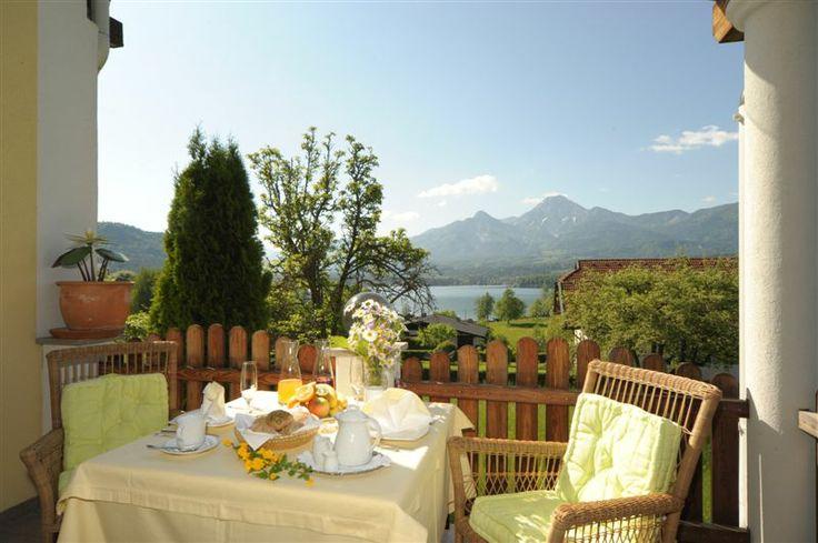 Ein vollwertiges Frühstück auf unserer Terrasse mit herrlichem Seeblick.