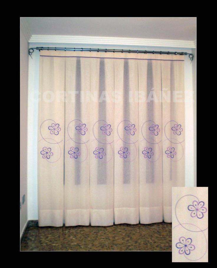 cortina de visillo bordado en paneles y en instalada en un
