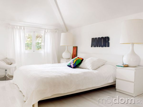 V rodi�ovskej sp�lni ovl�dla biela podlahu, z�vesy aj poste�n� bielize�. Pokojn� �kandin�vsku atmosf�ru navodzuje aj jednoduch� n�bytok so �v�dskym dizajnom (poste�, no�n� stol�ky aj kreslo s� z Ikey).