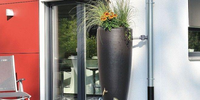 Grün, bauchig und irgendwie reizlos. So zumindest sieht die gute alte Regentonne in vielen Gärten aus. Bisher hatte sie nur Funktion, das Design der Kunststoffbehälter wurde lange vernachlässigt. Dass es anders geht, beweisen neuere Garten-Modelle. Wir zeigen Ihnen Regentonnen, die sich nicht verstecken müssen und Ihre Nachbarn zum Staunen bringen. Diese Regentonne wurde für ihr …