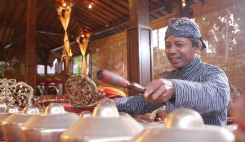 Gamelan is the traditional music of Java.  This sounds make enjoy the guests and bring atmosphere more relaxed in Java. Detail info: 0813 1072 0446