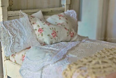 close up of this lovely setDecor Ideas, Shabby Chic Furniture, Miniatures Dollhouse, Dollhouse Beds, Beds Linens, Dolls House, Design Home, Shabby Chic Bedrooms, Sweets Beds
