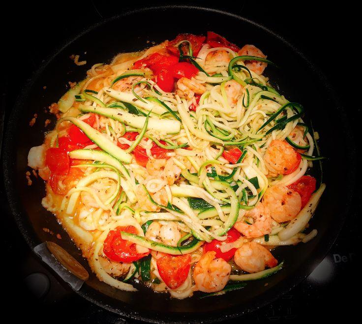 Zucchine & gamberetti (x2): marinare i gamberetti con 1C olio, aglio, peperoncino, sale, buccia limone. Tagliare a julienne 300g zucchine, spadellare 5 min e riservare. Cuocere in padella i gamberetti con la marinata e 200g pomodorini smezzati. Quando il liquido è asciugato, aggiungere un po' di succo di limone, le zucchine 2min e basilico.
