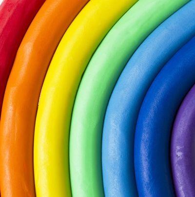 DIY Knete  Material: 1/2 Tasse lauwarmes Wasser 1/4 Tasse Salz 1 EL Öl 2 Tassen Mehl Anleitung: In einer Schüssel Wasser, Salz und Öl vermischen.Das Mehl unterkneten. Mit Ostereierfarbe oder Lebensmittelfarbe vor dem Verkneten einfärben. Die Knete hält…