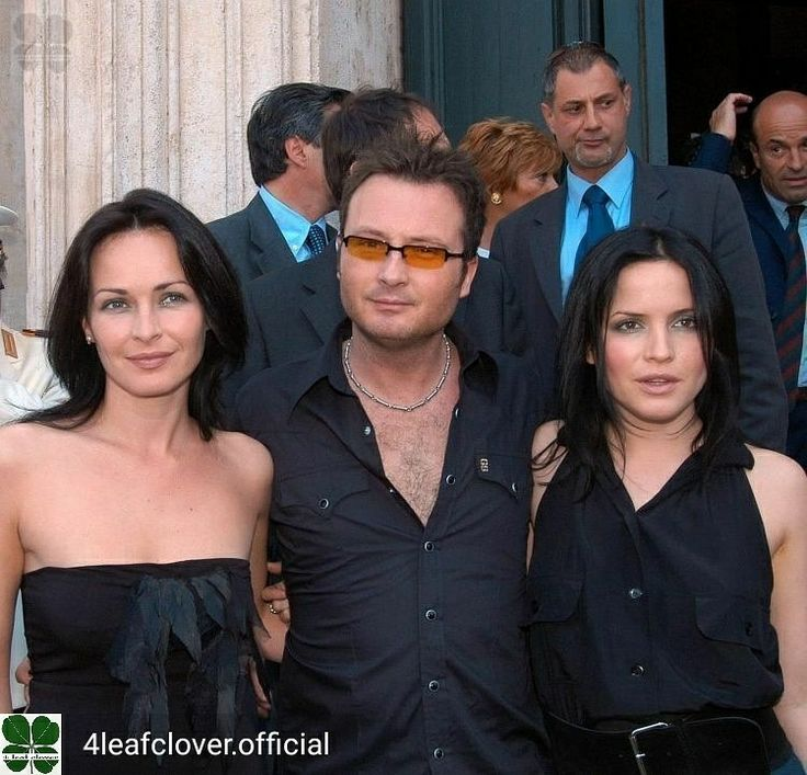 Credit to @4leafclover.official : Three C´s in Rome. Caroline was slightly indisposed due to her pregnancy. @sharoncorrofficial @jim_corr @andreacorrofficial @carolinecorrofficial #thecorrs #corrs #AndreaCorr #SharonCorr #CarolineCorr #JimCorr #irish #music #band #family Missy 😉