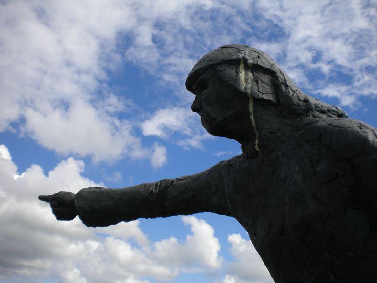 """Het Stryper Wiefke...in Striep op Terschelling, buurtschap met kerkhofje waar 't wiefke naar wijst. Ze heeft de Duitsers gezegd """"ze staan d'r bij honderden maar liggen d'r met duizenden"""" Door deze mis-communicatie vertrokken de Duitsers met schrik in de benen en werd een hoop ellende bespaard..."""