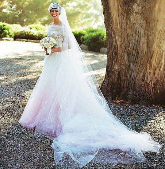 Валентино Гаравани создал свадебное платье для Энн Хэтэуэй