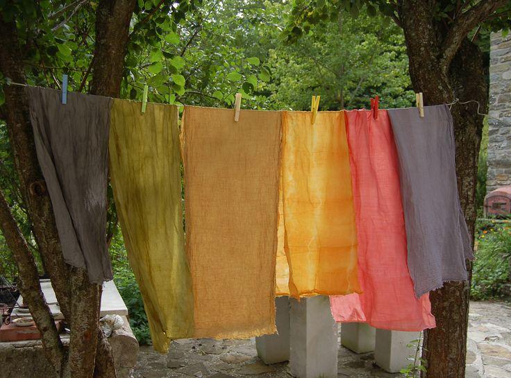 le sciarpe tinte con i colori naturali